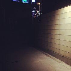 knismesis / #이태원 #골목 #조명 / 서울 용산 이태원 / #골목길 #담벼락 / 2014 01 07 /
