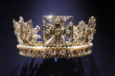 """La corona real de Isabel II forma parte de la exposición """"La Coronación de la Reina.1953"""" en el Palacio de Buckingham. Este año se cumple el 60 aniversario de la ascensión al trono de la soberana inglesa."""