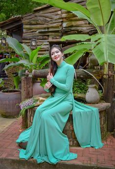 Beautiful, elegant with its own National Flavour. Posted by Sifu Derek Frearson Vietnamese Traditional Dress, Vietnamese Dress, Traditional Dresses, Vietnamese Clothing, Ao Dai, Bollywood Girls, Thai Dress, Beautiful Asian Women, Beautiful Ladies