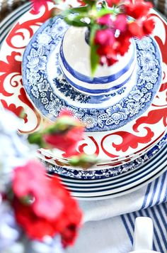 Create a pretty patriotic centerpiece with red, white and blue dishes! EAsy and doable in under 20 minutes! Patriotic Party, Patriotic Decorations, Patriotic Crafts, July Crafts, Blue Kitchen Tables, Blue Dishes, E Design, Red White Blue, Independence Day