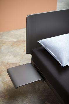 Auping Designbett Essential in carbon black. Design by Designstudio Köhler Wilms