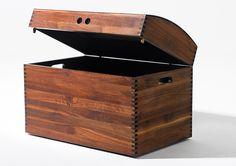 JACK Schatztruhe Wächst Ihnen die Unordnung über den Kopf? Mit Truhe JACK bringen Sie Ordnung ins Chaos. Die Truhe eignet sich hervorragend für das Verstauen von Spielzeug, Kleinigkeiten und Kleidung. Hergestellt mit altbewährten Handwerkstechniken und Holzverbindungen. JACK ist ein wahrer Blickfang, der perfekt in jeden Raum der Wohnung passt.   Hergestellt aus Massivholz, mit geölter und gewachster Oberfläche. Erhältlich in den Holzarten Buche, Eiche, Esche, Ahorn, Kirsche, Birne, Zwets...