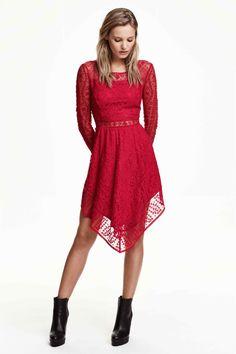 Vestido de encaje: Vestido corto de encaje y malla bordada con mangas largas, cintura entallada, falda de corte circular y parte inferior asimétrica. Cremallera lateral oculta. Parcialmente forrado.