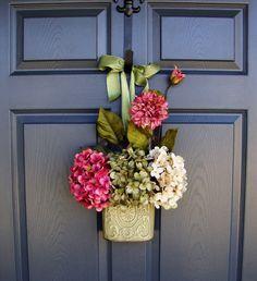 Entrada Hydrangea Decor Hanging Floral Porta Basket por Home Hearth Garden.  Uma adição de boas-vindas para a porta da frente.  homehearthgarden.etsy.com