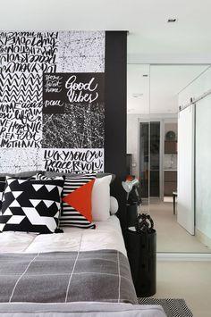 Apartamento cinza, preto e branco para jovem solteiro  (Foto: Divulgação)