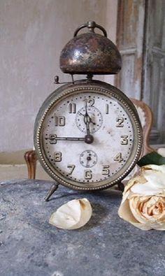 Ein Einblick in mein Shabby Heim . Clock Antique, Vintage Alarm Clocks, Old Clocks, Tick Tock Clock, Time Stood Still, Old Watches, Grandfather Clock, Plywood Furniture, Oclock