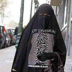 A muslim goth girl! Love her :)