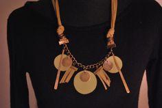 Collar realizado en gamuza color muzgo y cuero, cadena bronce y apliques mismo color