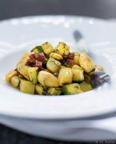Poêlée de courgettes, amandes, chorizo, curry et menthe fraîche pour 4 personnes - Recettes Elle à Table