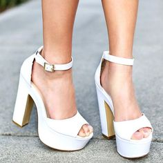 Sandália branca com salto grosso.