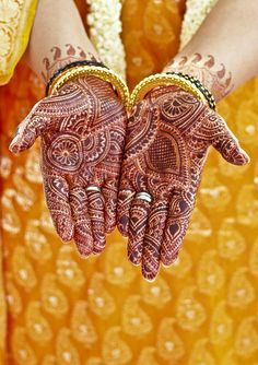 The Teej festival is a festival for married women and much anticipated monsoon festival. The celebration is most spectacular in Jaipur, Rajasthan. Teej Festival, Festivals Of India, Indian Folk Art, Indian Bridal Fashion, Brown Skin Girls, Married Woman, Festival Dress, Mehendi, Traditional Dresses