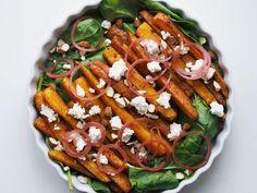 Bagte gulerødder med feta, spinat, syltet rødløg og mandler - Madpaletten