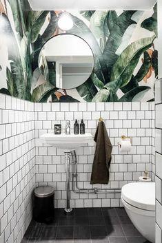 Botany Banana Wallpaper in the bathroom! Gorgeous shot by botanybanana wallpaper Tropicalwallapaper junglewallpaper tapet bananaleafs interior bathroom badrum bathroomwallpaper 408420259960402693 Tropical Bathroom, Bathroom Red, Bathroom Wallpaper, Wallpaper Toilet, Bathroom Plants, Boho Bathroom, Bathroom Styling, Bathroom Storage, Modern Bathroom