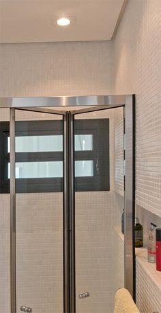 Apartamento pequeno parece maior e mais claro com a reforma - Nicho na parede do banheiro