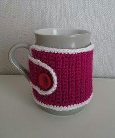 Tasse mit gehäkeltem Tassenwärmer  von Den lille Kreativbutik auf DaWanda.com