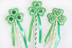🍀🌈Lucky Shamrock ☘️wands are the perfect way for kids to celebrate St. Patrick's Day! Jamie @craftingchicks will show you how to set up an easy kids craft. #stpatricksday #kidscraft #diy #shamrockwands #orientaltrading