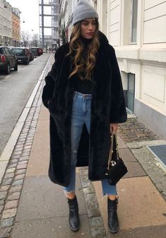 25 Winter Street Style Outfits To Keep You Stylish and Warm - Black faux fur c. 25 Winter Street Style Outfits To Keep You Stylish and Warm - Black faux fur coat black sweater jeans = perfect winter outfit - Winter Outfits For Teen Girls, Winter Fashion Outfits, Look Fashion, Autumn Winter Fashion, Fall Outfits, Casual Outfits, Winter Coat Outfits, Black Jeans Outfit Winter, Winter Clothes