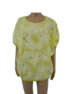 Blusa TWIN-SET è disponibile nella taglia 42 (S).  Caratteristiche: vestibilità comfort,scollo rotondo, paillettes sul davanti, chiusura con nastro sul dietro, fusciacca sul fianco sinistro, colore verde acido.  Composizione:tessuto davanti 60% viscosa, 40% poliestere, tessuto parte posteriore 100% cotone.  Misure:larghezza spalle cm 45, circonferenza torace cm 154, lunghezza (dallo scollo davanti) cm 60.