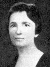 Margaret Sanger fue una enfermera estadounidense, activista a favor de la planificación familiar y fundadora, en 1921, de la Liga americana para el control de la natalidad (American Birth Control League). Dicha Liga se convirtió en 1942 en la Federación americana para la planificación familiar que, junto a otras asociaciones similares de numerosos países, contribuyó a crear en la India, en 1952, la Federación Internacional de Planificación Familiar de la que fue presidenta hasta 1959.