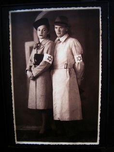 Auschwitz II-Birkenau - Muertos en el Campo.Esta fotografía pertenece a los familiares de la pareja que lleva brazaletes con la estrella de David. Centro de Procesamiento. Oswiecim, Polonia por Adam Jones, Ph.D. - Global Photo Archive, a través de Flickr