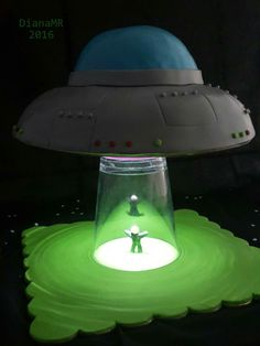 By Diana Manzanares Ruiz www.facebook.com/muffinalmente.firenze ufo cake tarta ovni torta abducción astronave halloween alie Michele Vitulli Alien Cupcakes, Alien Cake, 4th Birthday Cakes, Birthday Parties, Aliens, Science Cake, Alien Party, Dad Cake, Galaxy Cake