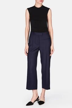 Great summer work wear outfit. Love the perfectly tailored  cropped pant and walkable heels