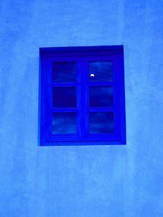 vroeger werd er geloofd dat de kleur de kracht had om kwade krachten te verjagen. Vandaar dat de luiken en deuren van huizen blauw werden geschilderd