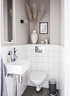 How to make the small bathroom feel bigger - 7 tips, How to make a small bathroom feel bigger - 7 compact living tips Bathroom Interior, Minimalist Bathroom, Bathroom Makeover, Bathroom Vanity, Bathroom Renovations, Bathroom Furniture, Small Bathroom, Bathroom Accessories, Interior