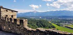 Auf der Burg Landskron ist die Adlerarena Landskron beheimatete. Sie befindet sich in der Nähe von Villach am Ossiacher See in Kärnten und ist eines der beliebtesten Ausflugsziele in Kärnten. Gleich unter der Ruine befindet sich der Affenberg, der ebenfalls besuchenswert ist. Ein Ausflugsort für die ganze Familie! Ruins, Villach, Eagle, Road Trip Destinations, Bowties
