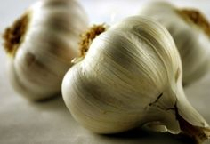 Here's a list of 13 Candida Diet Power foods that will give you the nutrition you need to get healthy. When starting a Candida diet many struggle with eliminating many of their favorite foods. Garlic Uses, Raw Garlic, Garlic Head, Fresh Garlic, Roasted Garlic, Garlic Clove, Garlic Parmesan, Garlic Butter, Natural Remedies