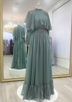 Replace top layer of shoulder back fabric overlay with lace cook güzel Hijab Gown, Hijab Dress Party, Hijab Style Dress, Abaya Style, Abaya Fashion, Muslim Fashion, Bridesmaid Dresses, Prom Dresses, Wedding Dresses