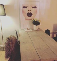 Plankebord med stor plakat fra desenio.