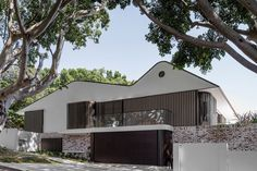 The New Twin Peaks house was designed by Luigi Rosselli Architects as a modern home with double peaks to make way for an extension at the rear of the house. Architecture Résidentielle, Australian Architecture, New Twin Peaks, Pergola, Modern Exterior, Rustic Decor, Country Decor, Canopy, Facade