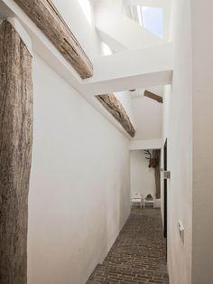 hallway old barnhouse, white interior, exterior tile flooring, (waalformaat vloer)