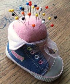 Para organizar de forma charmosa os seus alfinetes ou as suas agulhas você pode fazer um diferente e lindo alfineteiro com sapatinho de bebê. Esta peça