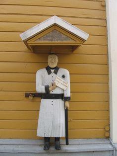 Kaustisen kirkon vaivaisukko, jonka tekijäksi arvellaan seppä Abraham Jakobinpoika Björkiä Kaustiselta. Ukko on tehty vuonna 1832 ja sillä on pituutta 170 cm.