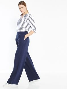 Parfaitement adapté aux plus petites d'entre nous, ce pantalon large est un must-have de la saison ! Fluide et très stylé, il se mixe à toutes nos blouses tendances et nous assure un look chic décontracté !