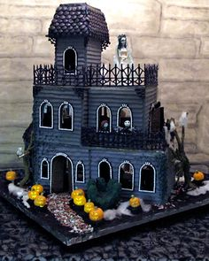 14 Haunted Gingerbread Houses For Halloween : Ghoulish haunted gingerbread house These gingerbread creations will haunt your house. Halloween Gingerbread House, Casa Halloween, Theme Halloween, Halloween Village, Christmas Gingerbread, Holidays Halloween, Halloween Treats, Halloween Decorations, Halloween Crafts
