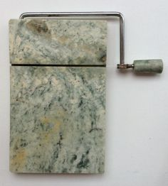 marmorinen juusto-/hanhenmaksaleikkuri . 20.5 x 13 cm . @kooPernu
