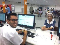 Aos 102 anos, Doly de Almeida esteve no Poupatempo Americana para fazer 2ª via do RG. Com muito bom humor e lucidez, conversou com os atendentes e aceitou tirar uma foto para o Facebook do Poupatempo.