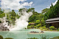 Shiraike uno de los 'jigoku' o infiernos de Beppu sorprende por su espectacular belleza... Casi parece irreal verdad?! || Shiraike one of Beppu's hells (called 'jigoku' in Japanese) surprises visitors with its beautiful landscape... It almost doesn't look real does it? #japan #japón #beppu #shiraikejigoku #jigoku #beppujigoku (by japonismo)