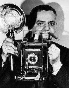 """Weegee: Besessen vom Fotografieren: Mit 14 Jahren kaufte Weegee, hier am 27. Juli 1945, der sich damals noch Arthur Fellig nannte, sich seine erste Kamera. Fortan ließ ihn die Leidenschaft für das Fotografieren nicht mehr los. Er erklärte später: """"Ich glaube, ich bin schon als Fotograf auf die Welt gekommen, mit Fixierbad im Blut."""""""