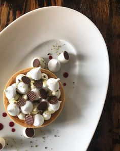 Pumpkin tart - lemon zest, pistachio, crispy meringue, red wine caramel. . Delicious Desserts, Dessert Recipes, Pumpkin Tarts, Berry Tart, Plated Desserts, Meringue, Pistachio, Food Art, Red Wine