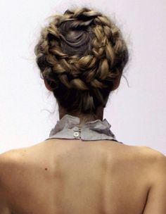 "Coiffure : Yep. The crown braid is definitely feeling like a ""thing"""