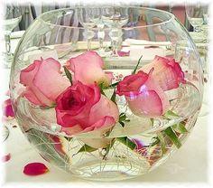 Envie d'une déco simple et efficace de votre allée alors optez pour ses contenants remplis d'eau et de tête de fleurs