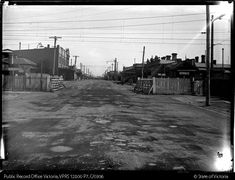 VICTORIA STREET LEVEL CROSSING GATES, WEST FOOTSCRAY LOOKING SOUTH. SOUTH KENSINGTON-WEST FOOTSCRAY GOODS LINE CONSTRUCTION - Public Record Office Victoria