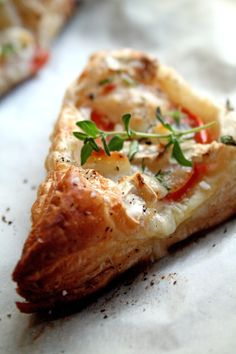 ** This was absolutely DELICIOUS and EASY! goat cheese & tomato triangles - Goat cheese, fresh tomato, olive oil, puff pastry, and herbs. I have died and gone to heaven. Tapas, I Love Food, Good Food, Yummy Food, Vegetarian Recipes, Cooking Recipes, Healthy Recipes, Cooking Tips, Snacks Für Party
