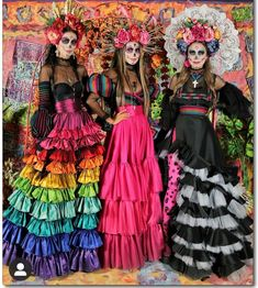 One way people celebrate Día de los Muertos or Day of the Dead is through costumes. Check out the best skull-inspired ones here. Costume Halloween, Halloween Makeup Looks, Halloween 2020, Halloween Make Up, Halloween Party, Halloween Sewing, Halloween Door, Mexican Fashion, Mexican Outfit
