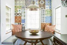Com pedaços de tecido, papel de parede, contact ou com azulejos de cores e estampas diferentes dá pra fazer aquela miscelânea típica do patchwork. Resultado: o cantinho fica alegre, colorido e descolado. Inspirem-se!