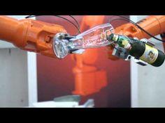 Roboter werden in der Industrie hergestellt.